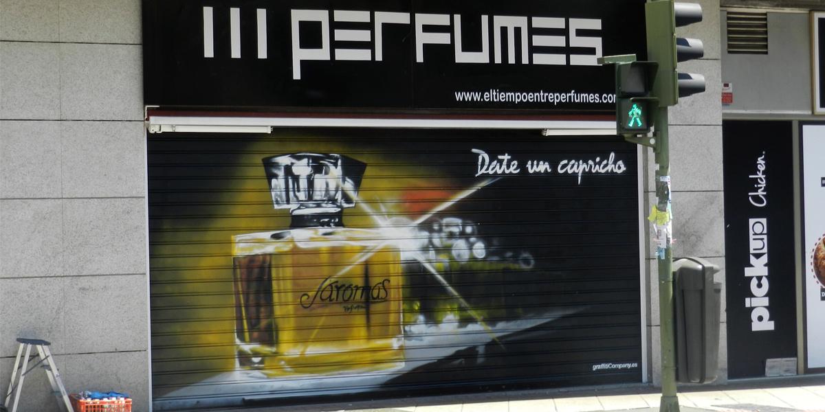 Graffiti en el cierre de la perfumería J'aromas en Madrid