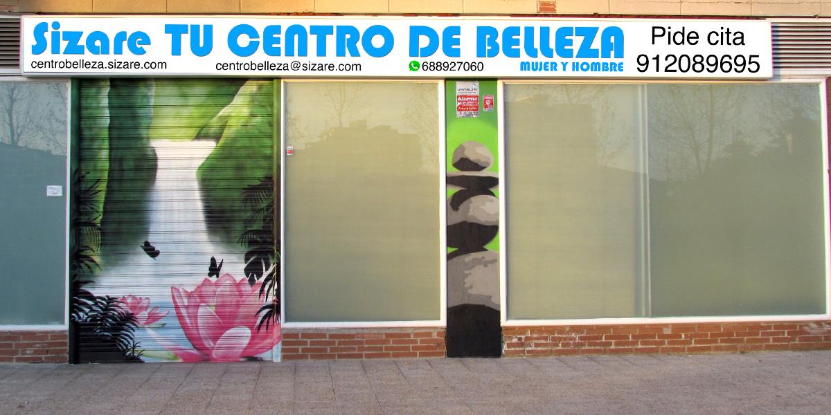 Graffiti en persiana de centro de belleza en Fuenlabrada