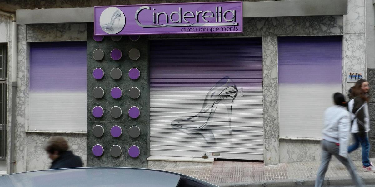Graffiti en las persianas de la zapatería Cinderella en Alicante