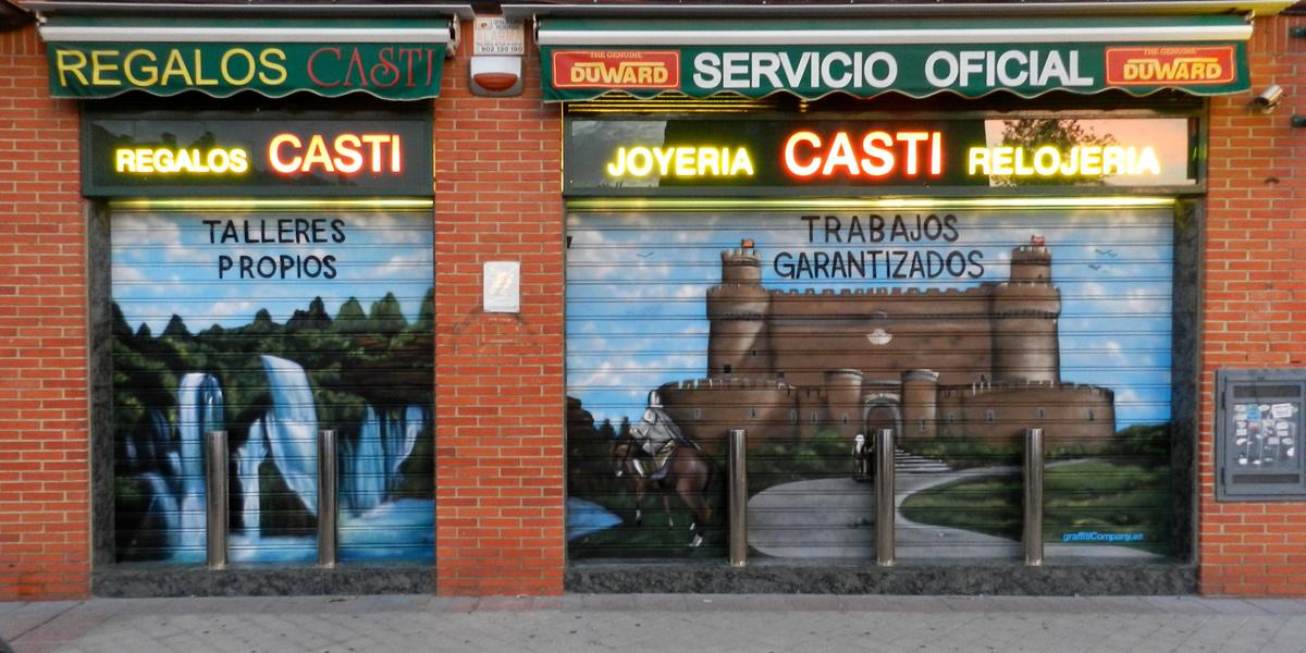 Graffiti en las persianas de la relojería Castillo en Madrid