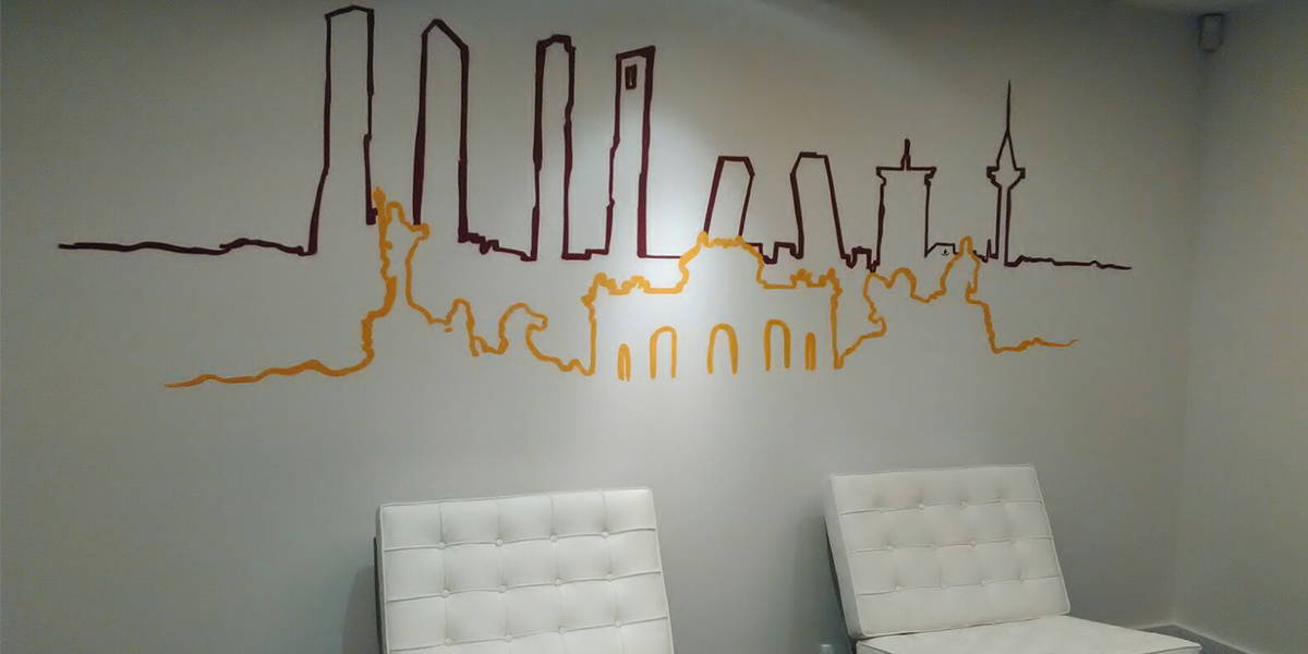 Graffiti minimalista en oficina de Madrid