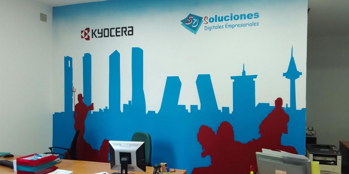 Mural decorativo con temática madrileña en oficina