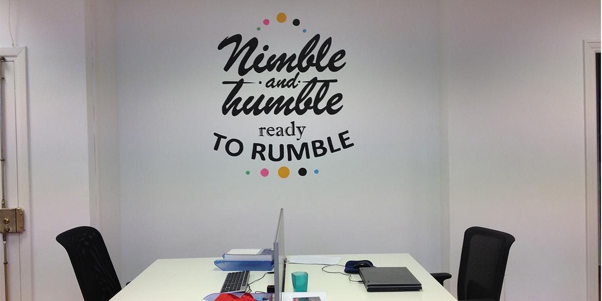 Mural artístico con frase motivadora en oficina de Madrid