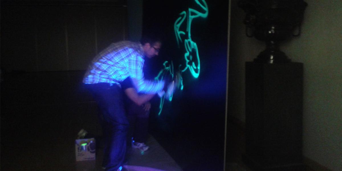 Live painting de graffiti fluorescente en directo
