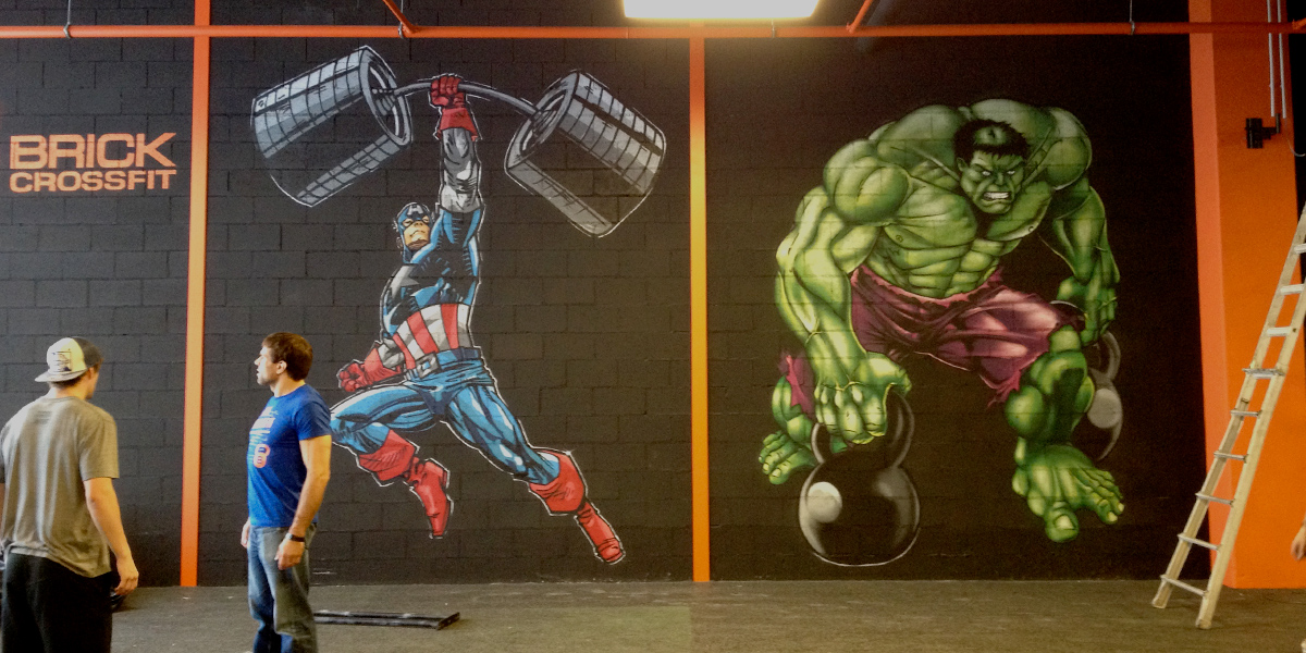 Mural de superhéroes en gimnasio de Santiago