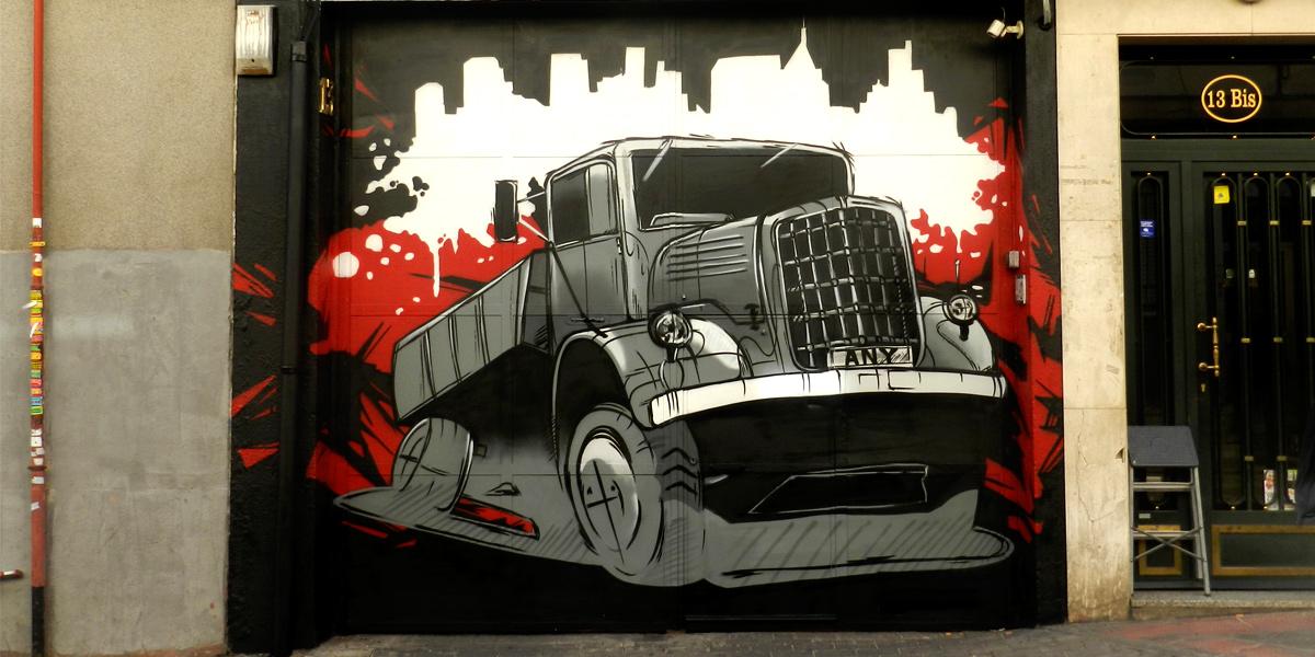 Graffiti de camión en puerta de garaje de Madrid