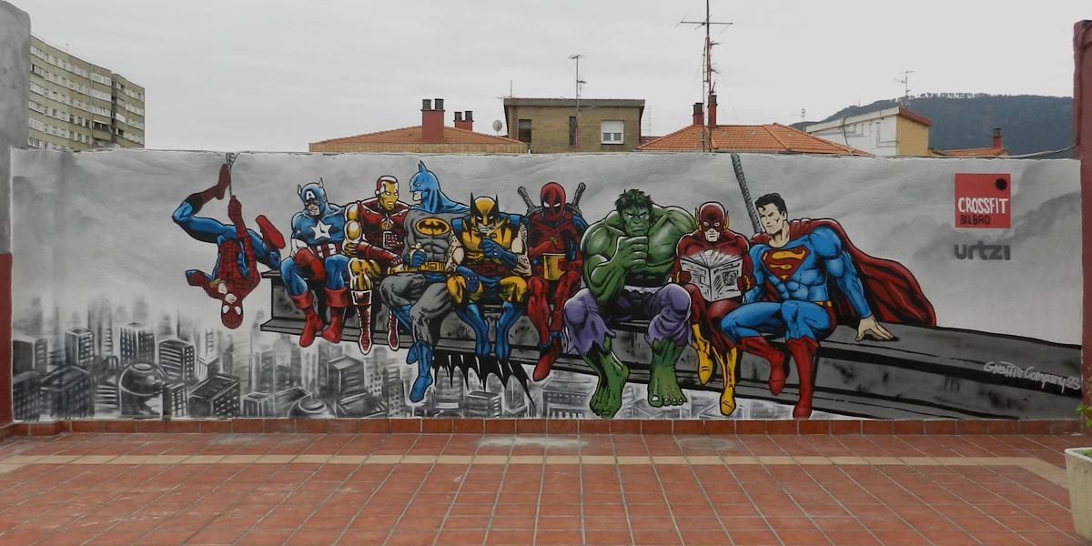 Graffiti de superhéroes en terraza de gimnasio