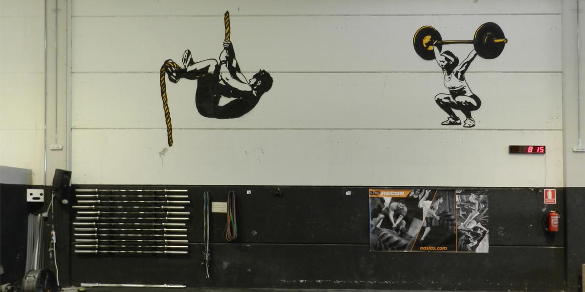 Graffiti profesional de silueta en Box de Crossfit