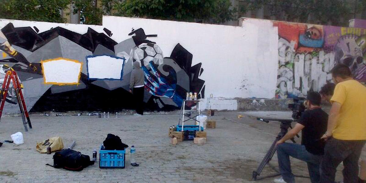 Grafitero pintando para Canal Plus