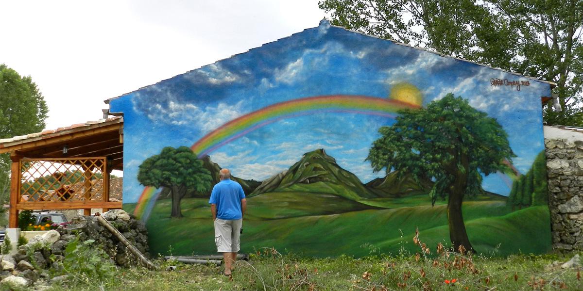 Graffiti de arcoiris en fachada de Segovia