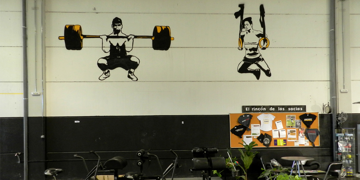 Graffiti profesional de siluetas de CrossFit en box de Rivas