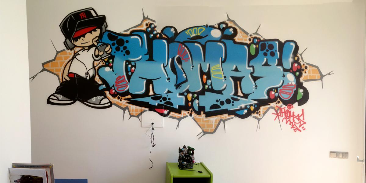 Graffiti con el nombre de Thomas en habitación de Madrid