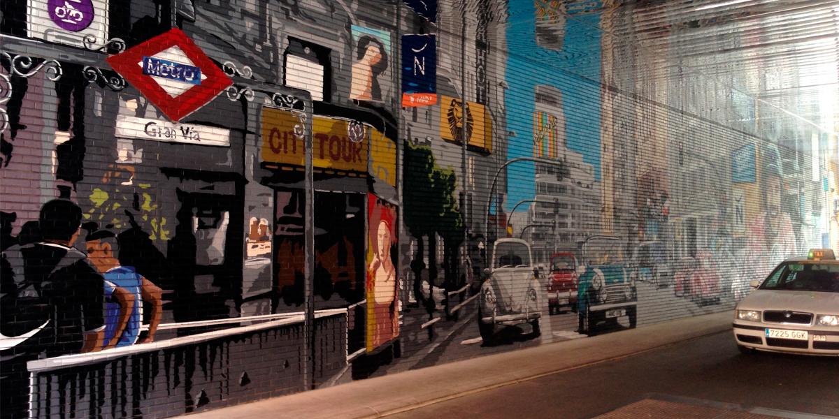 Taxi de Madrid delante de graffiti