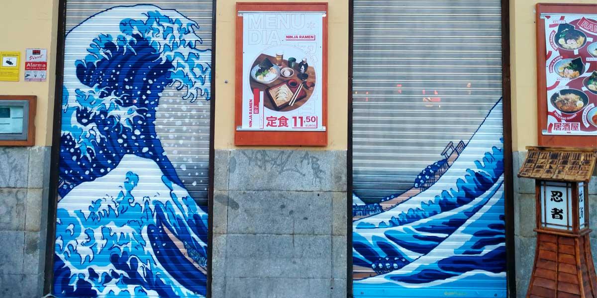 Graffiti en cierre de restaurante en Madrid.
