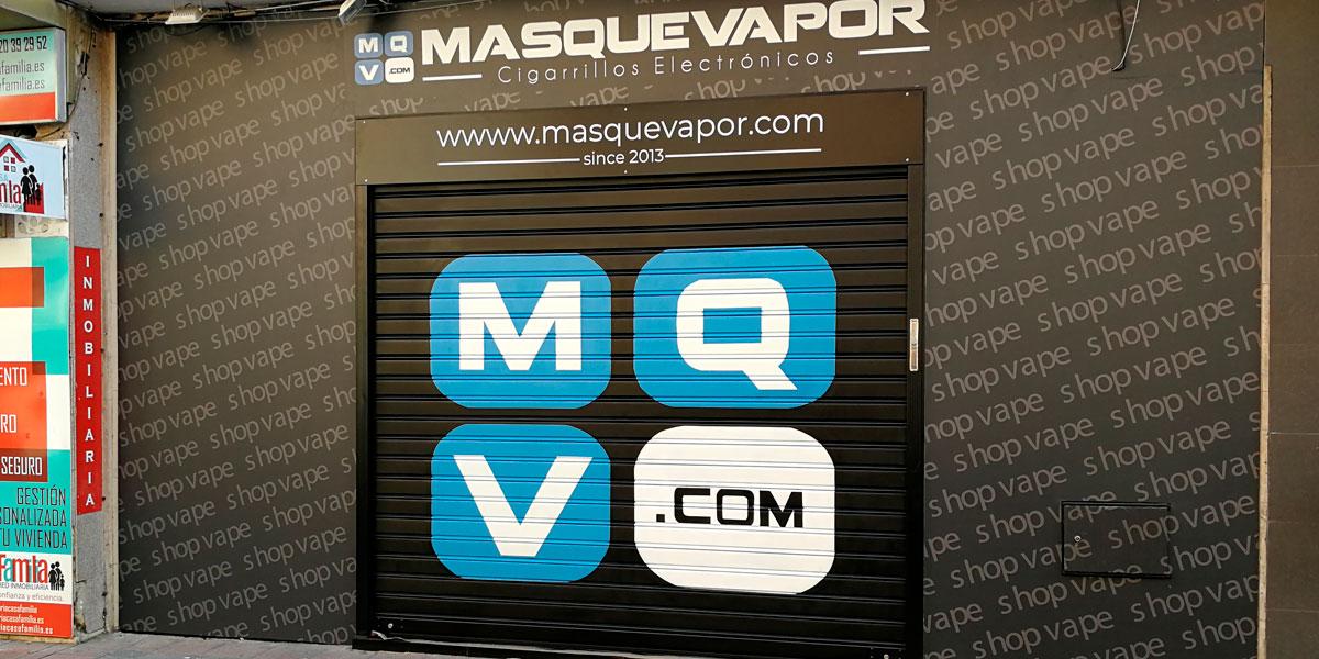 Graffiti de logotipo en cierre metálico en Vallecas.