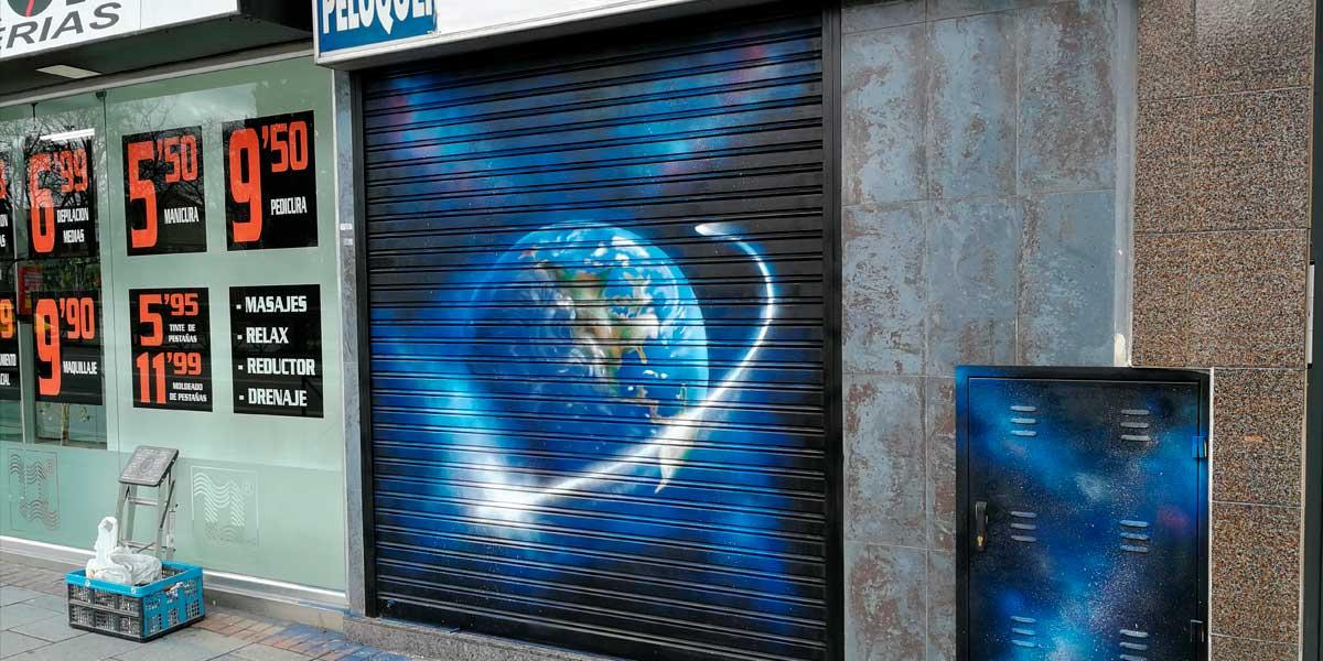 Graffiti en cierre metálico en Carabanchel.