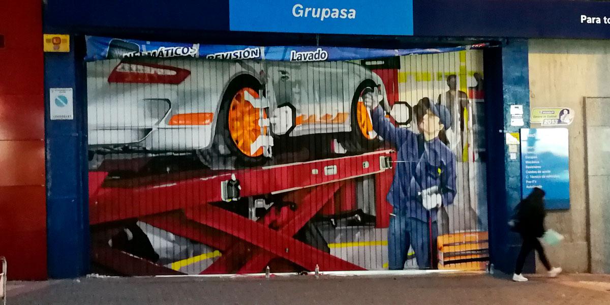 Graffiti en cierre de taller mecánico de Usera.