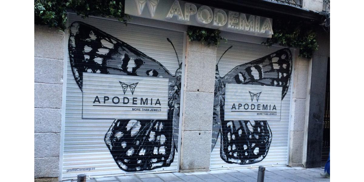 Graffiti de mariposa en el cierre de la joyería Apodemia en Madrid
