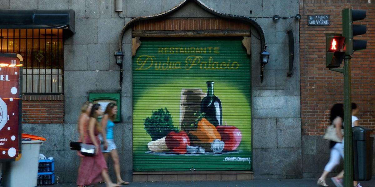 Graffiti en el cierre del restaurante Dudua Palacio en Madrid