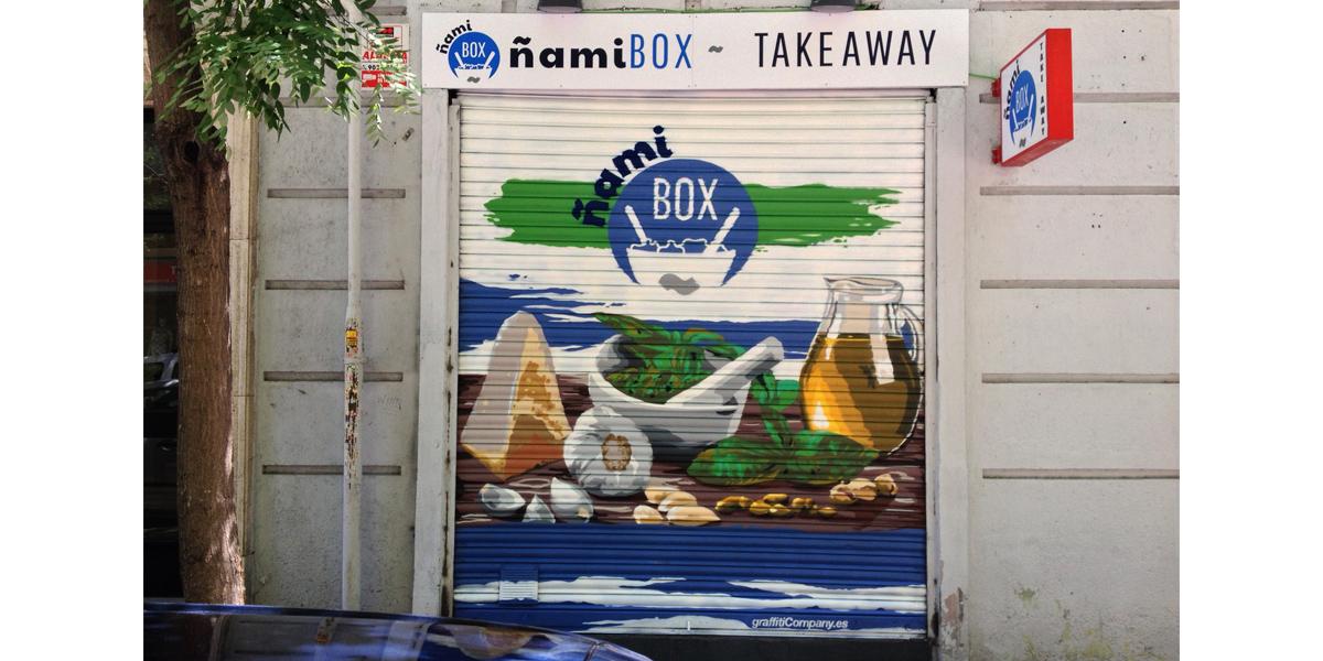 Graffiti en el cierre de la tienda ñami en Madrid