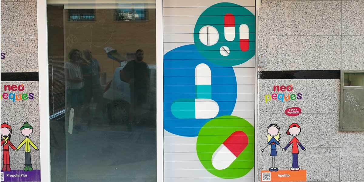 Graffiti profesional en cierre de farmacia de Madrid.