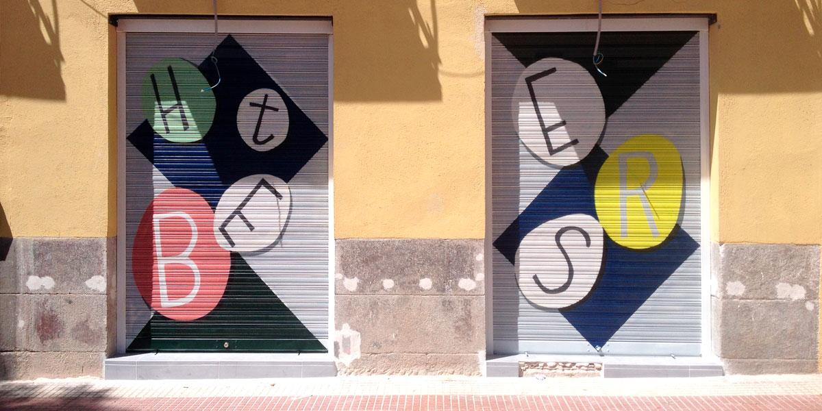 Graffiti en cierre de heladería de Madrid.
