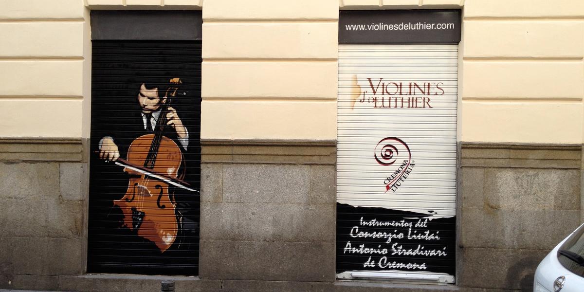 Graffiti en las persianas de Violines de Luthier en Madrid