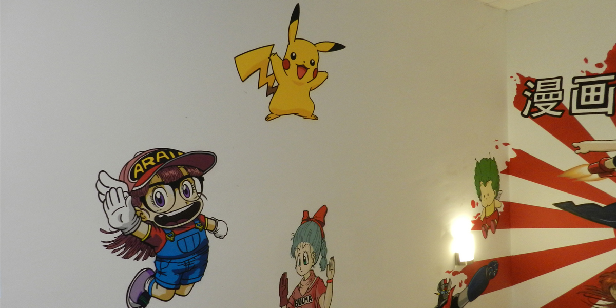 Graffiti de Arale, Pikachu y Bulma en oficina de Kyocera en Madrid