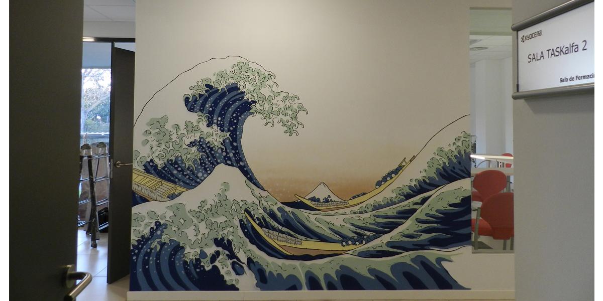 Mural de La Gran ola de Kanagawa en la oficina de Kyocera en Madrid.