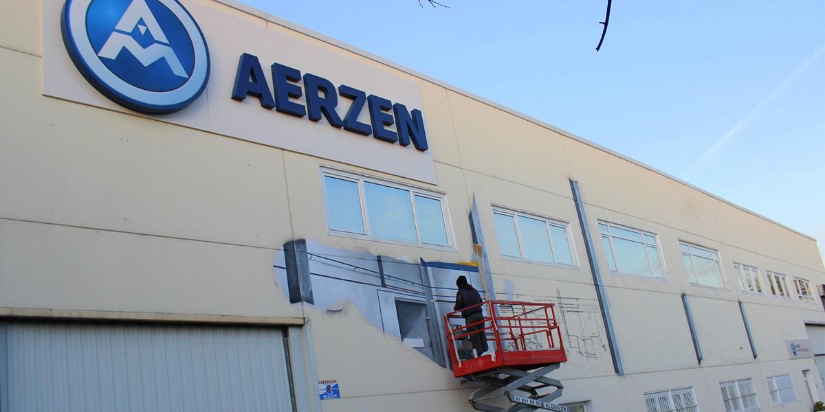 Grafitero pintando fachada en Madrid