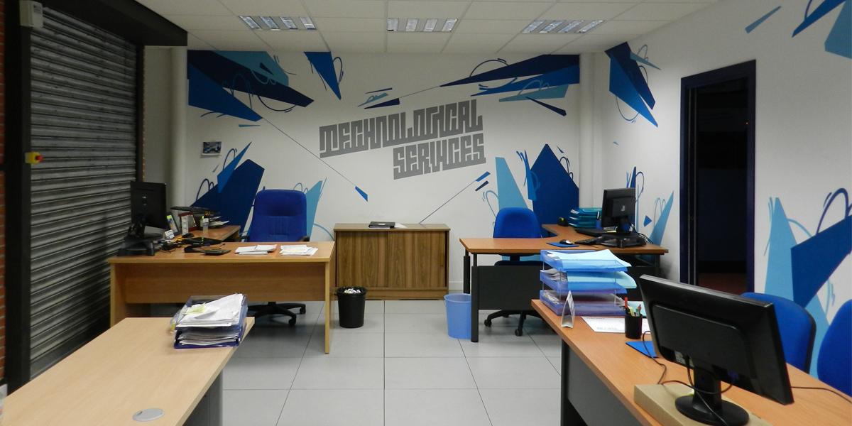 Graffiti agresivo en oficina tecnológica de Madrid