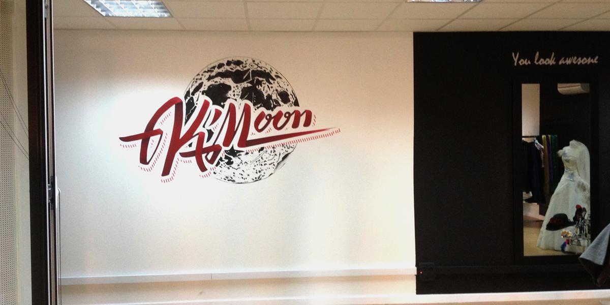 Logotipo grafiteado en oficina