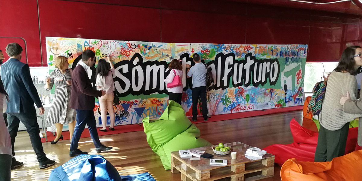 Grafiti colaborativo en evento en Madrid.