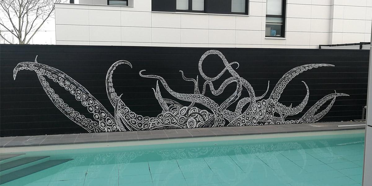 Graffiti profesional de Kraken en piscina de Madrid.