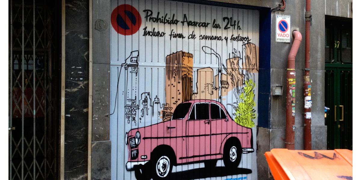 Graffiti decorativo en puerta de garaje de Madrid