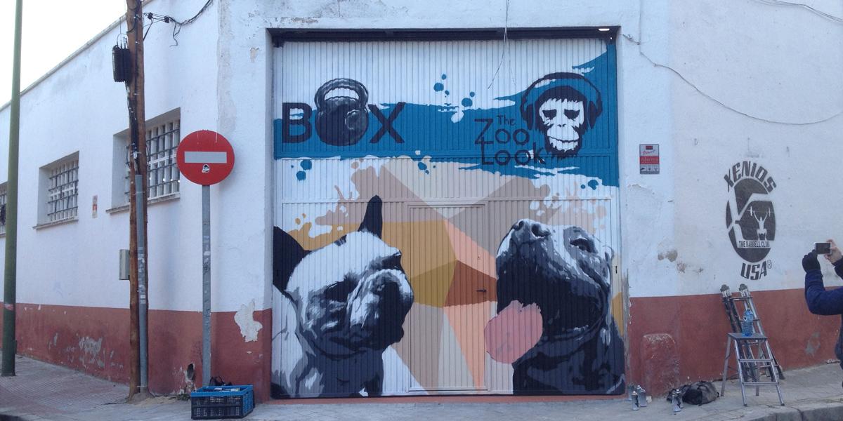 Mural de perros en puerta de Box de Crossfit en Madrid