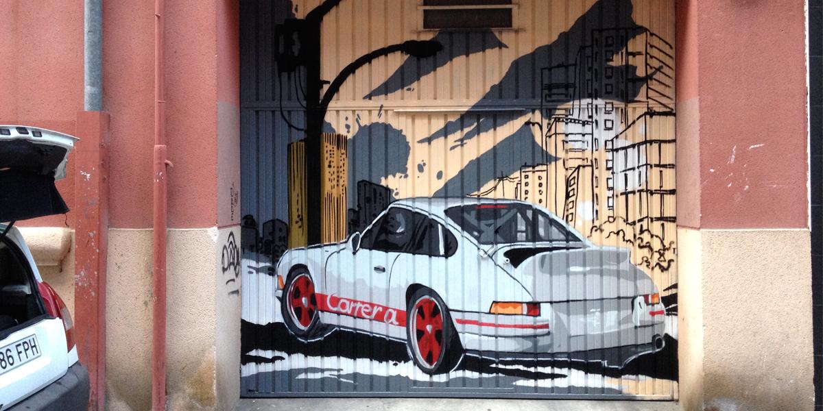 Mural decorativo de coche en puerta de garaje en Valladolid