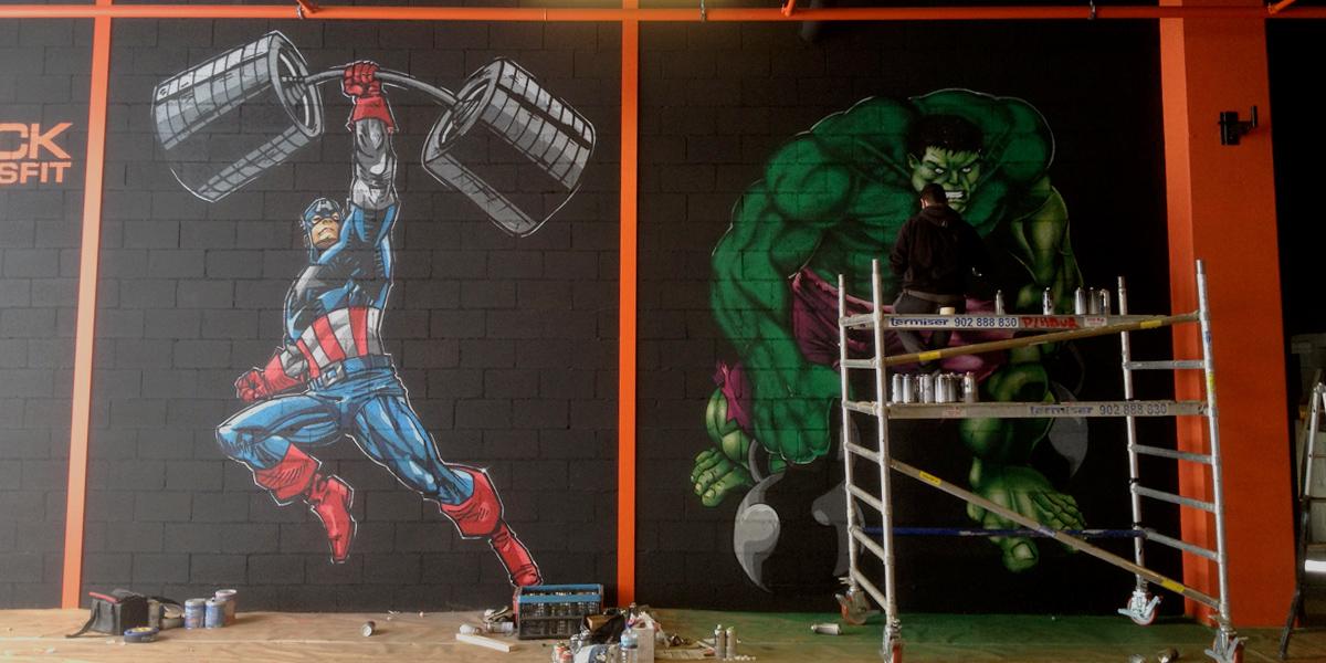 Graffiti grande del Capitán América y de Hulk en gimnasio