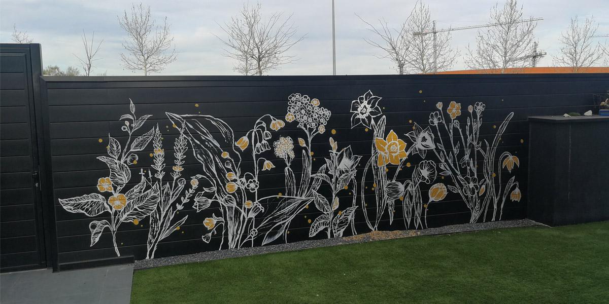Mural decorativo de flores en patio.