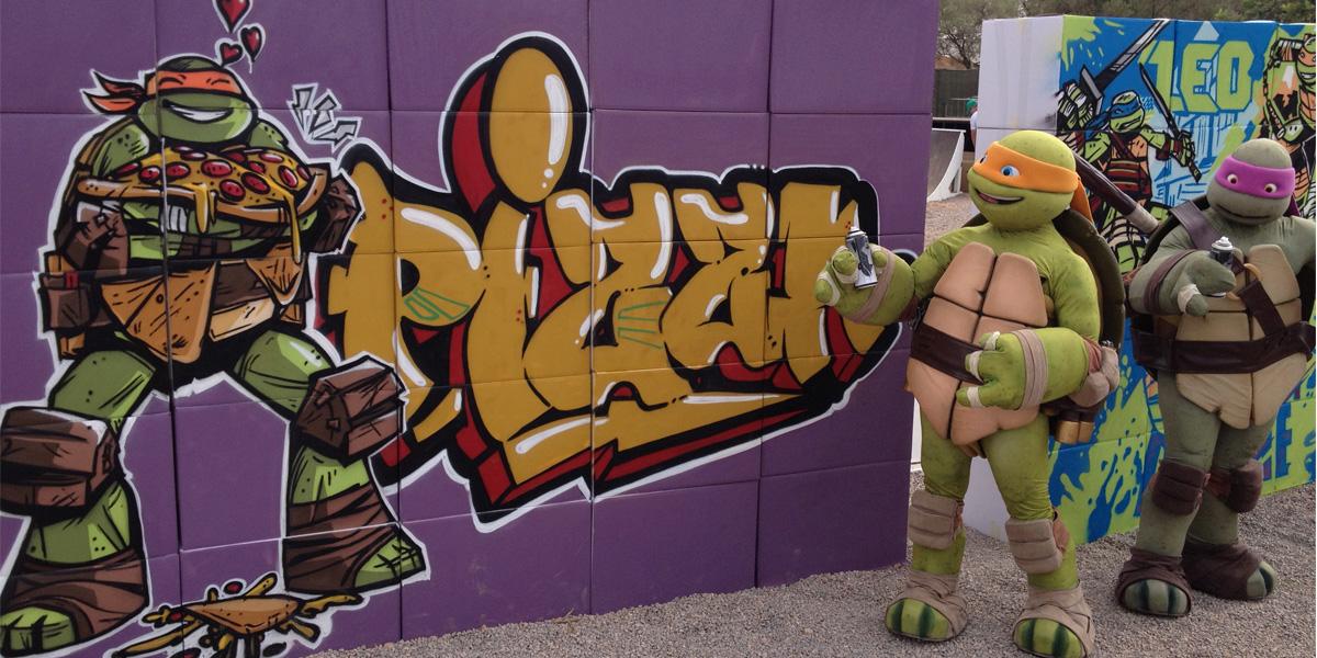 Tortugas ninja posando junto a los graffitis
