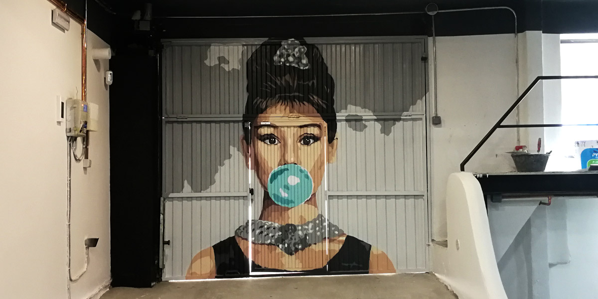 Mural de Audrey Herpburn en Madrid.