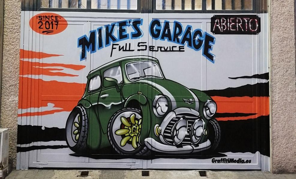 Graffiti de coche en taller mecánico.