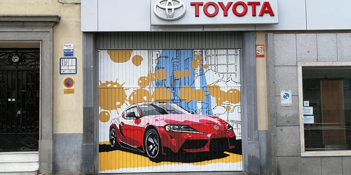 Graffiti profesional en puerta de concesionario Toyota.