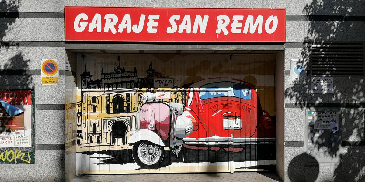 Graffiti de coche y moto en puerta de garaje.