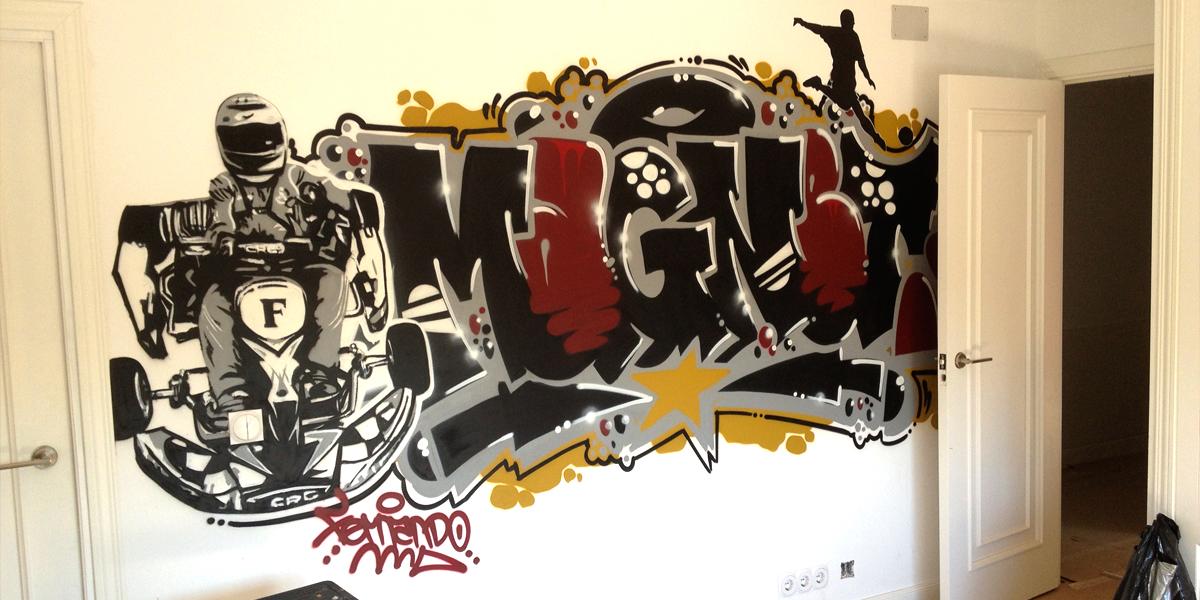 Graffiti de nombre con car en habitación juvenil