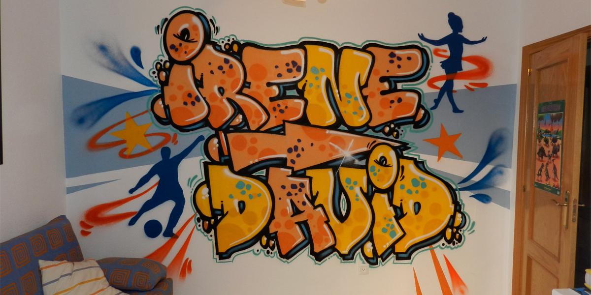 Graffiti con nombres en habitación de jugos en Madrid
