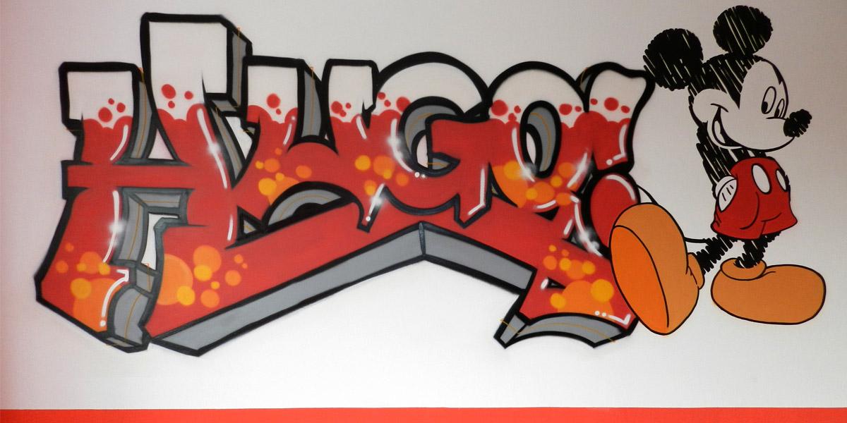 Graffiti de letras con nombre en habitación de Madrid.