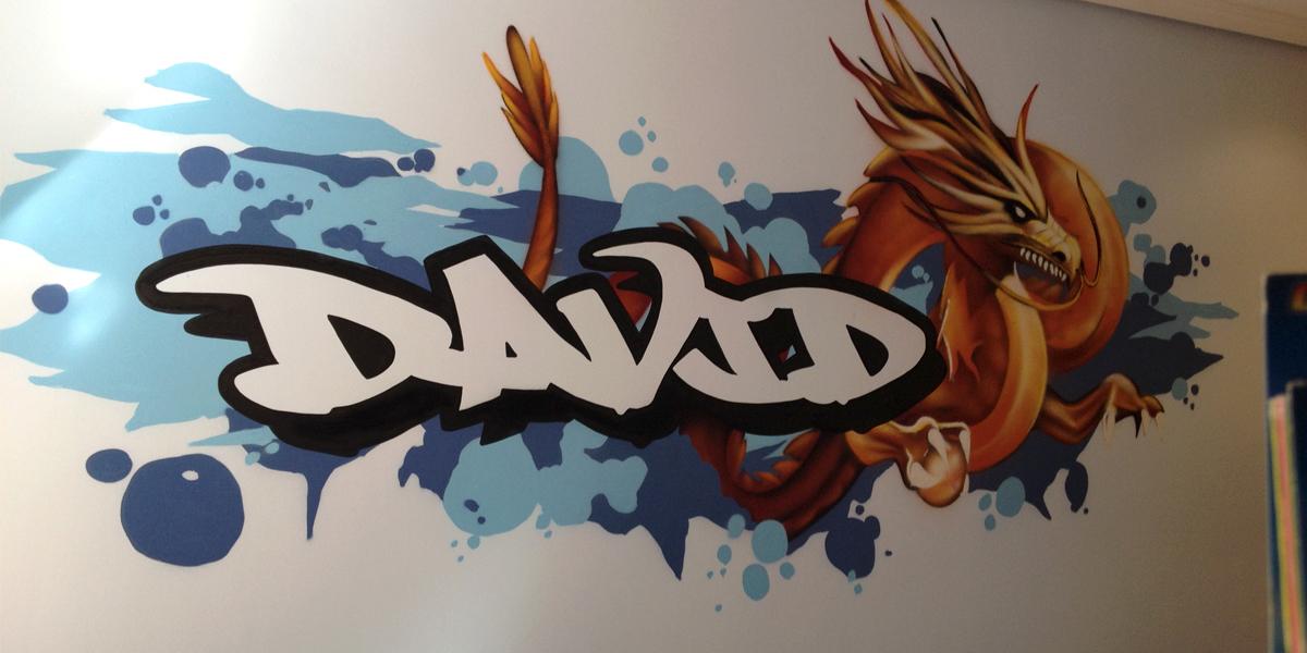 Graffiti de nombre y Dragón en habitación
