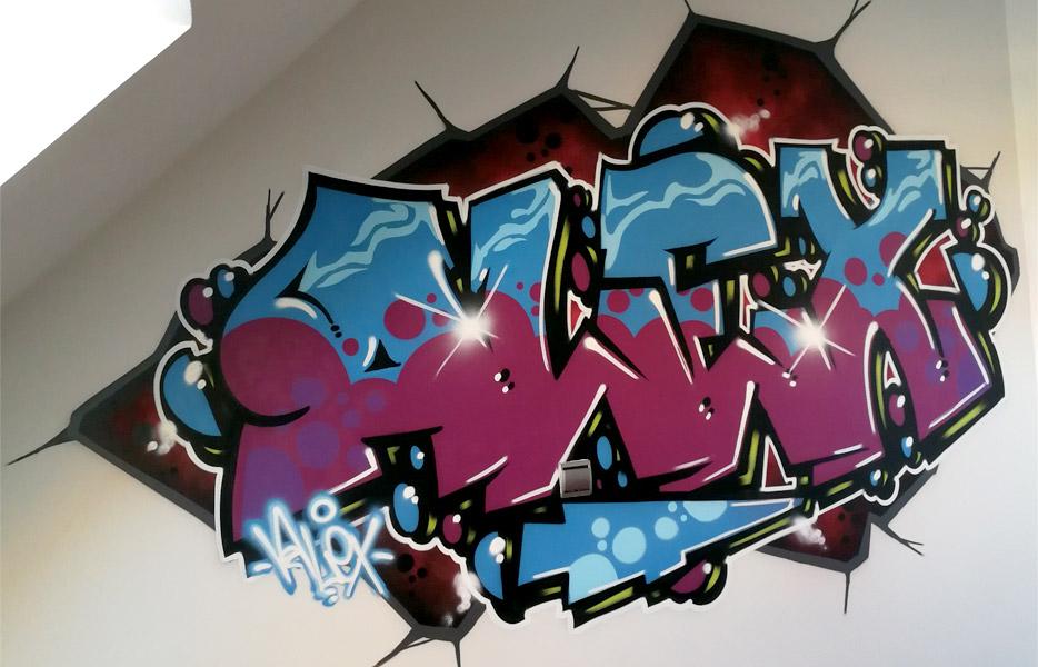 Graffiti profesional con nombre en habitación de Madrid.