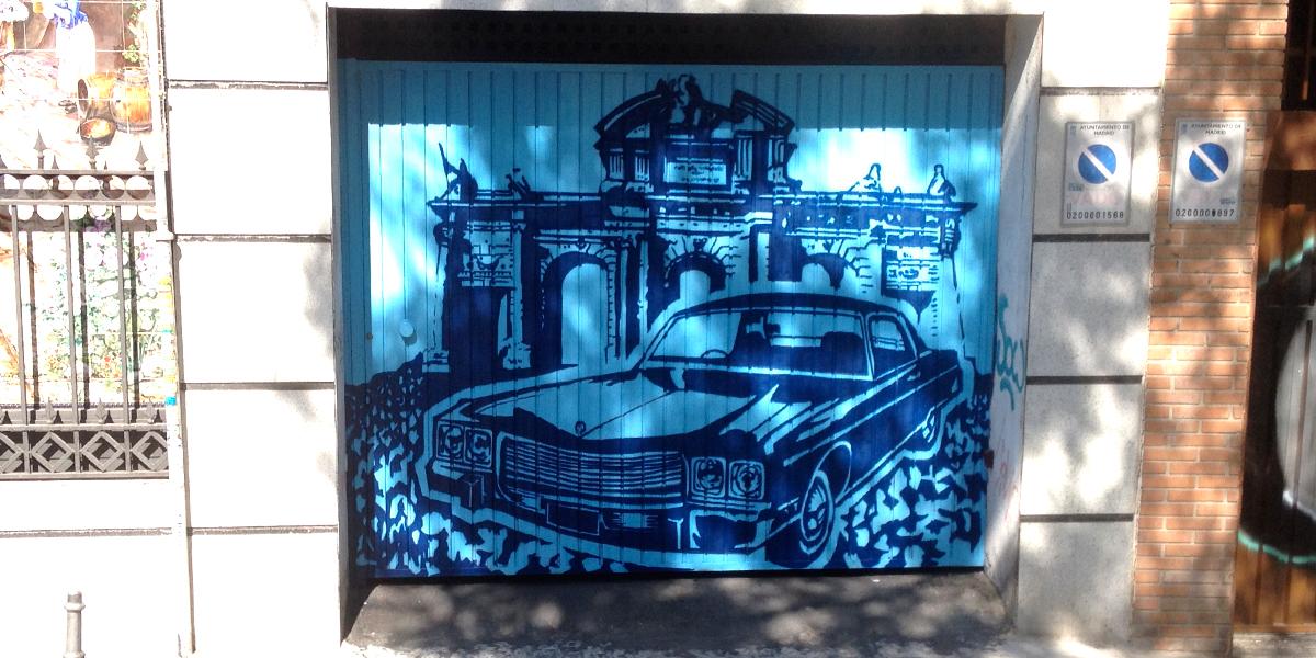 Graffiti profesional en puerta de garaje de Madrid